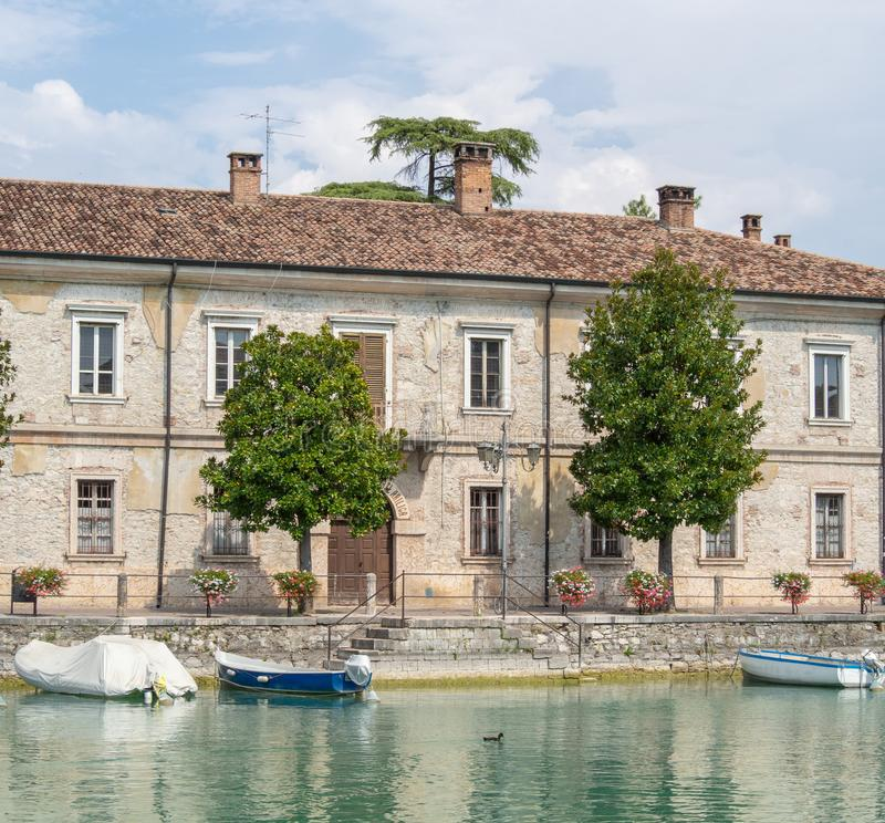 Peschiera del Garda, Itália Lago Garda As construções militares velhas no centro da cidade imagem de stock