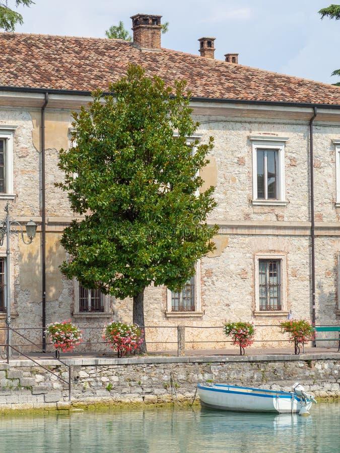 Peschiera del Garda, Itália Lago Garda As construções militares velhas no centro da cidade imagens de stock