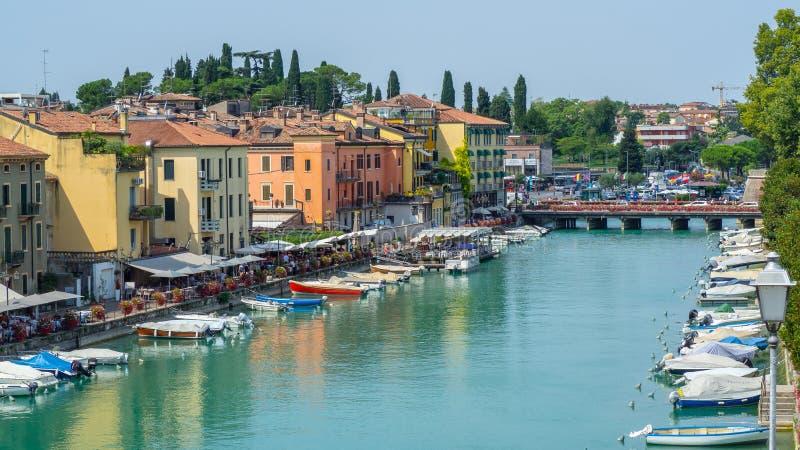 Peschiera del Garda, Itália O centro da cidade histórico bonito Passeio e entretenimento ao longo do canal da água Lago Garda fotos de stock royalty free