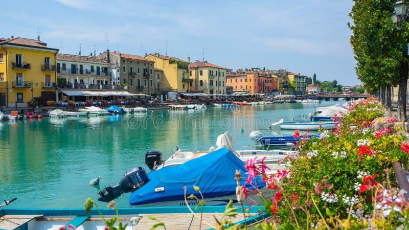 Peschiera del Garda, Itália O centro da cidade histórico bonito Passeio e entretenimento ao longo do canal da água Lago Garda fotos de stock
