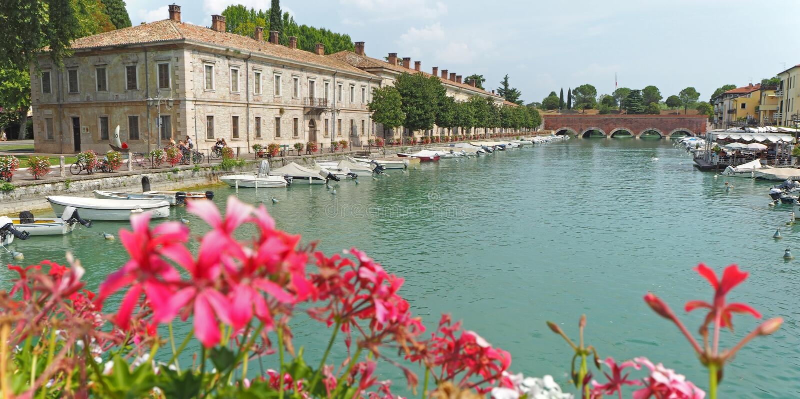 Peschiera del Garda, Itália O centro da cidade histórico bonito Passeio e entretenimento ao longo do canal da água Lago Garda imagens de stock