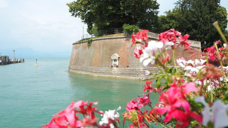 Peschiera del Garda, Italien Det härliga historiska centret Promenad och underhållning längs vattenkanalen Garda lake arkivfoton