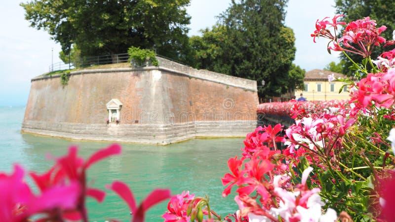 Peschiera del Garda, Italien Det härliga historiska centret Promenad och underhållning längs vattenkanalen Garda lake royaltyfri bild