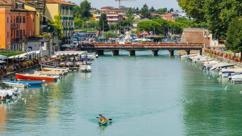 Peschiera Del Garda, Włochy Piękny dziejowy centrum miasta Deptak i rozrywka wzdłuż wodnego kanału Garda jezioro zdjęcia royalty free