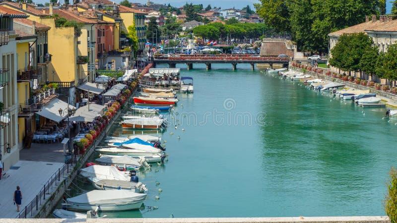 Peschiera Del Garda, Włochy Piękny dziejowy centrum miasta Deptak i rozrywka wzdłuż wodnego kanału Garda jezioro fotografia royalty free