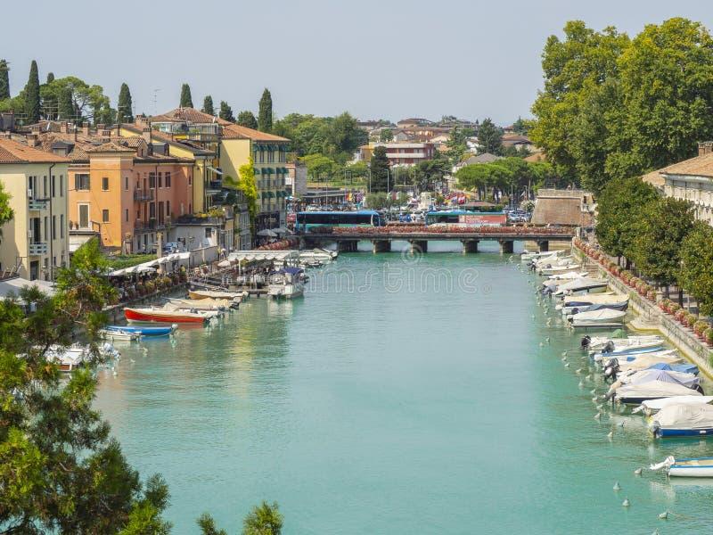 Peschiera Del Garda, Włochy Piękny dziejowy centrum miasta Deptak i rozrywka wzdłuż wodnego kanału Garda jezioro obraz royalty free