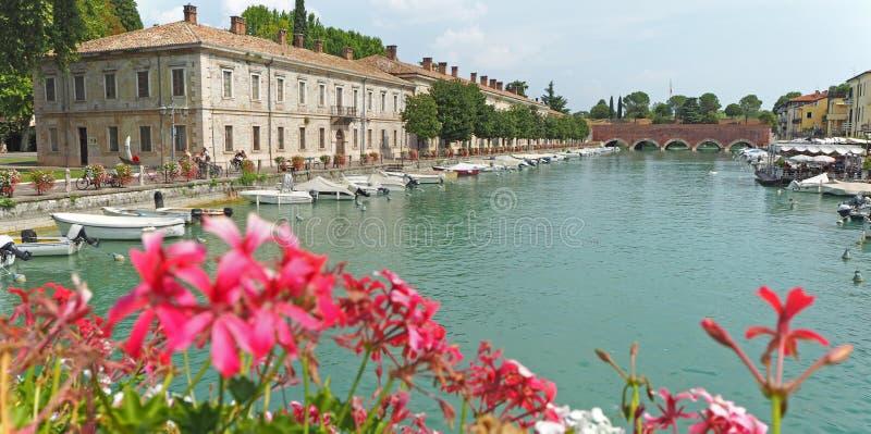 Peschiera Del Garda, Włochy Piękny dziejowy centrum miasta Deptak i rozrywka wzdłuż wodnego kanału Garda jezioro obrazy stock