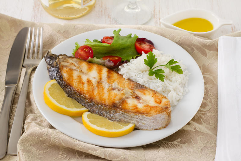 Pesci cotti con riso, limone fotografia stock libera da diritti