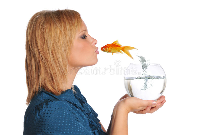 Pesci dell'oro che saltano e che baciano ragazza fotografia stock libera da diritti