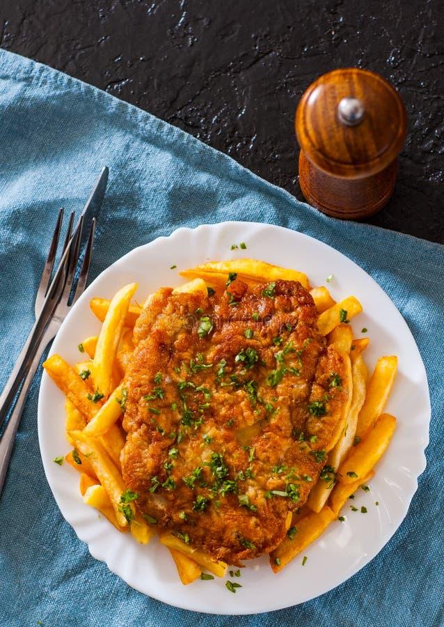 Pesci e chip Filetto di pesce e patate fritti in un piatto bianco immagine stock libera da diritti