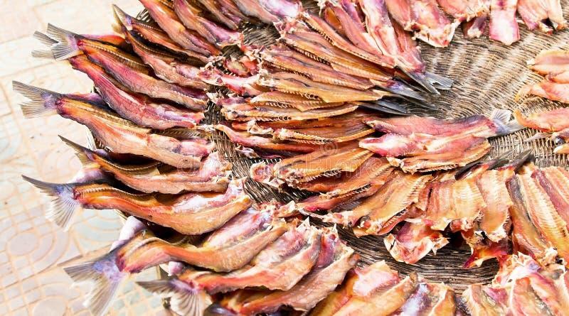 Pesci secchi ad un servizio locale dell'aria aperta in Cambogia fotografia stock libera da diritti