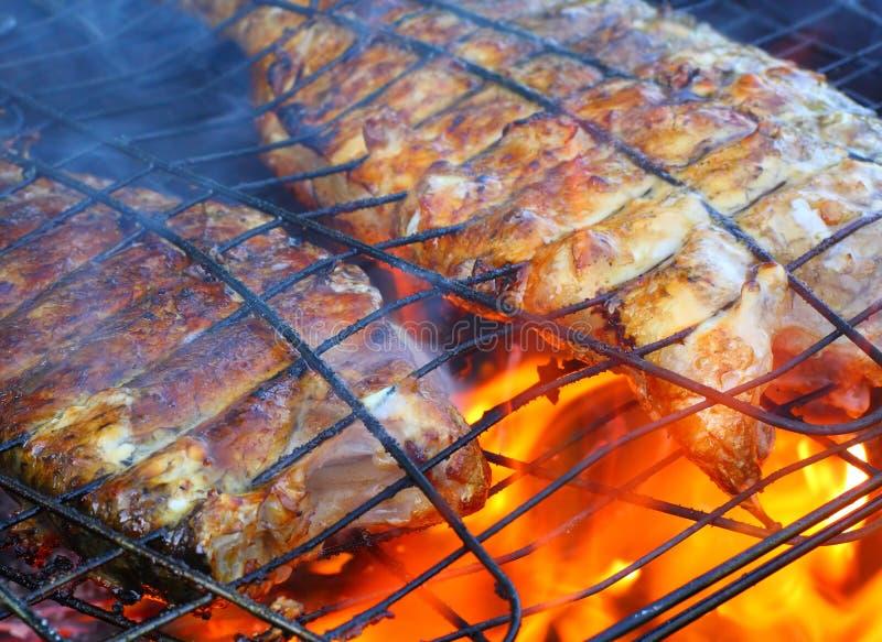 Pesci sulla griglia. immagine stock