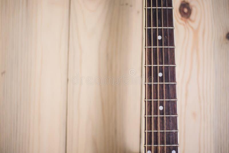 Pescoço da guitarra acústica no fundo de madeira com cordas fotos de stock royalty free