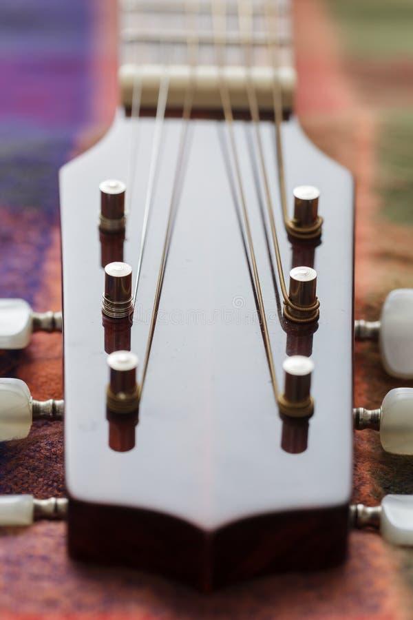 Pescoço da guitarra com cordas esticadas imagens de stock