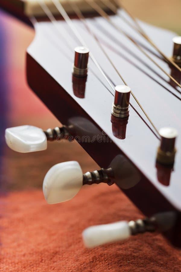 Pescoço da guitarra com cordas esticadas fotos de stock royalty free