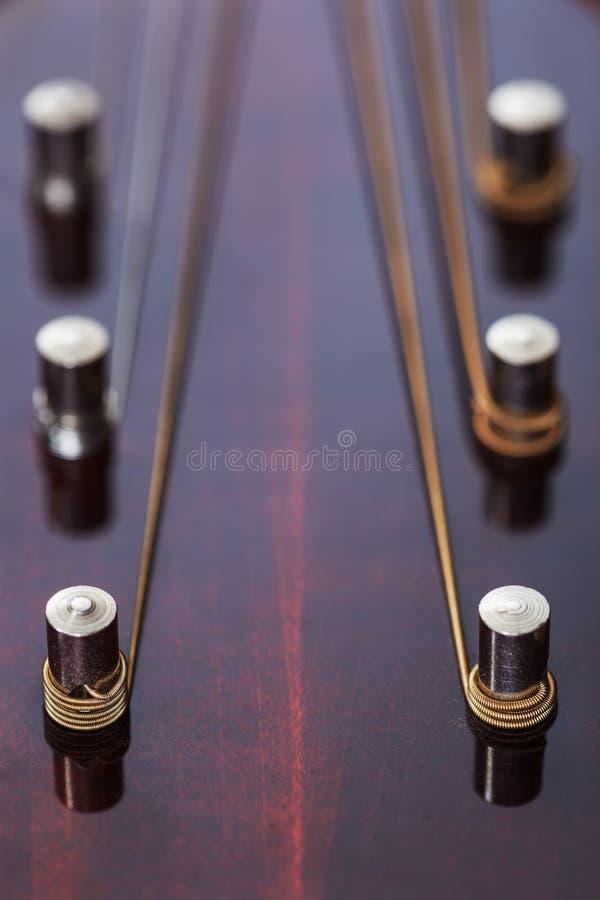Pescoço da guitarra com cordas esticadas Opinião do Close-up foto de stock royalty free