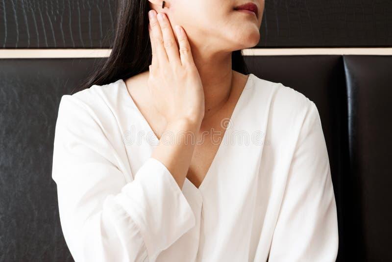 Pescoço dorido da mulher e conceito da recuperação da amidalite, dos cuidados médicos e da medicina imagens de stock