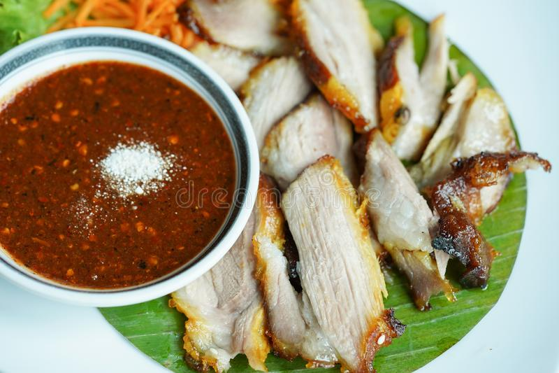 Pescoço grelhado da carne de porco, carne de porco grelhada com molho picante imagens de stock