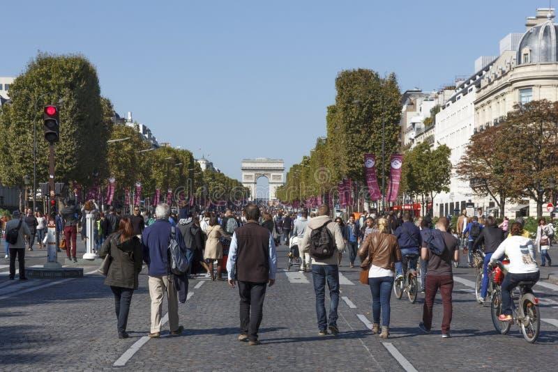 Pesdestrans, das frei am Tag Paris-Autos geht stockfotos