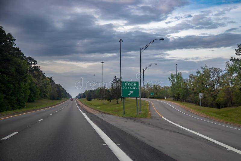 Pese la muestra de la estación en la autopista imagenes de archivo