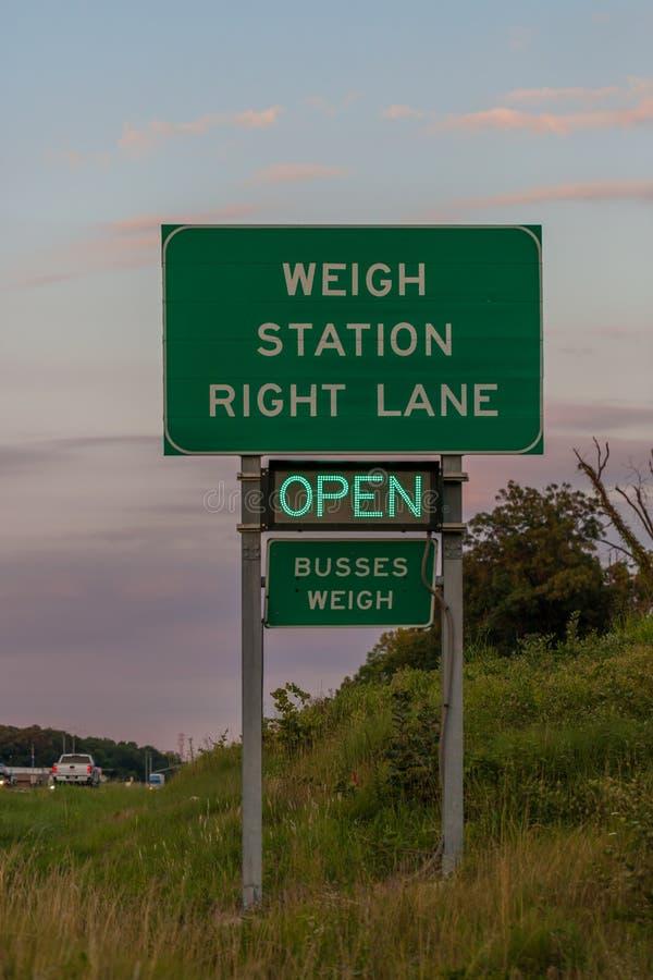 Pese o sinal da estação em 44 de um estado a outro em Oklahoma que indica o s imagens de stock