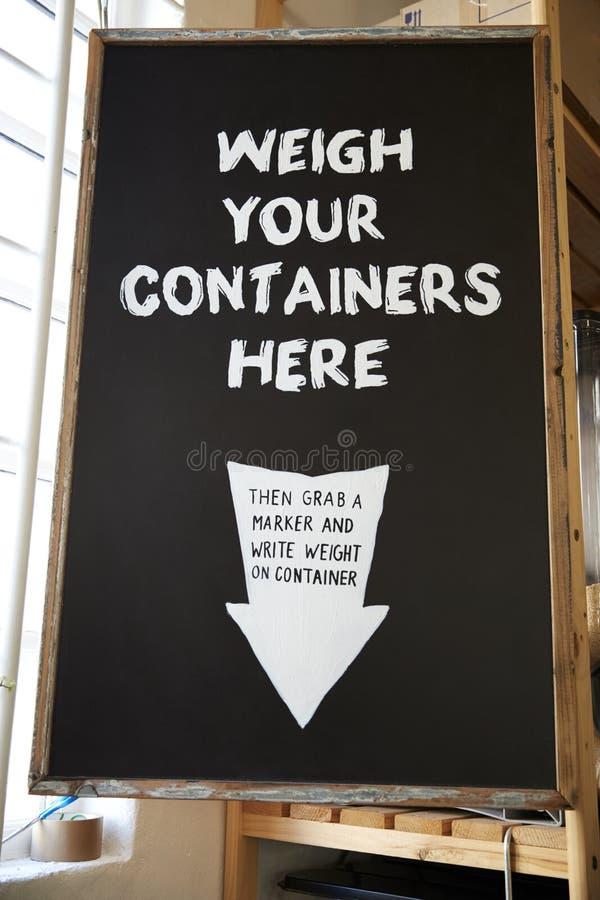 Pese su envase firman adentro el colmado libre plástico sostenible imagen de archivo