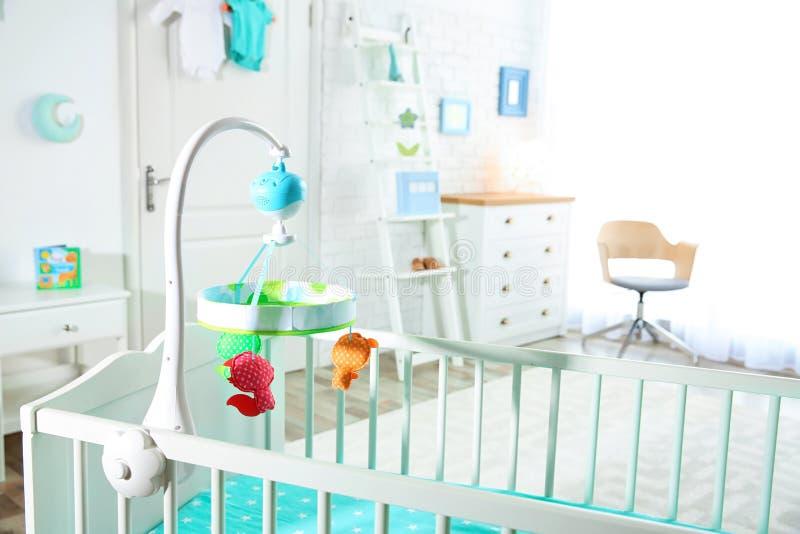 Pesebre acogedor en sitio ligero del bebé foto de archivo libre de regalías