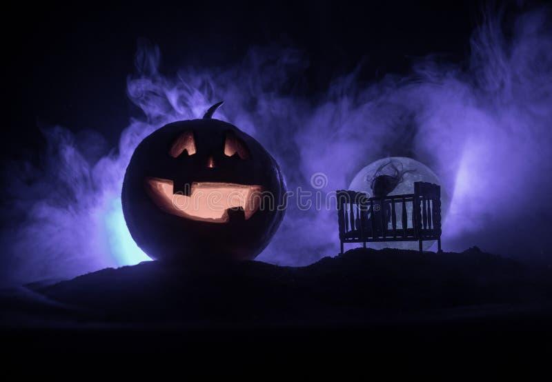 Pesebre de madera misterioso espeluznante viejo del bebé en fondo de niebla entonado oscuro Concepto del horror Silueta asustadiz libre illustration