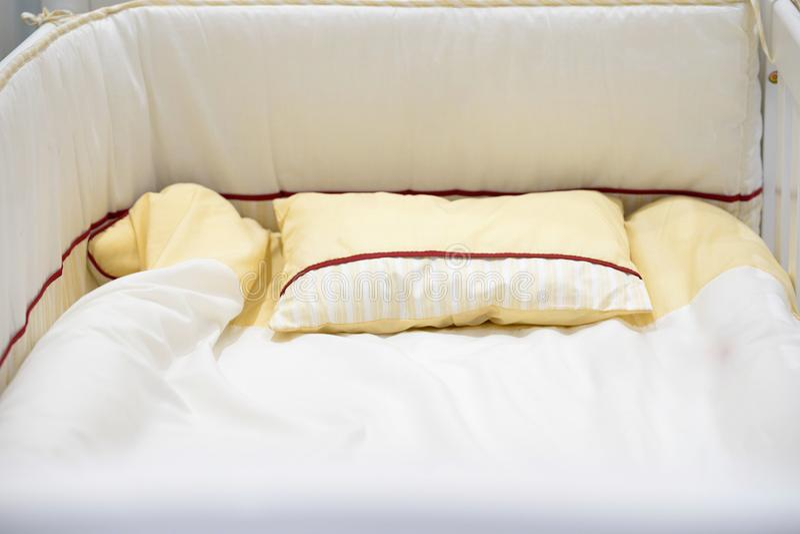 Pesebre del bebé o matress o cama vacíos imagenes de archivo