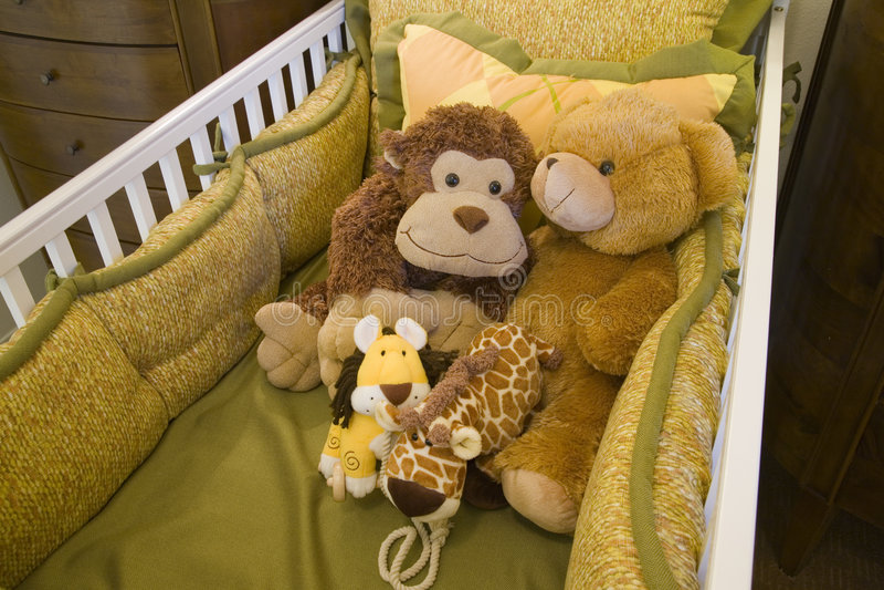 Pesebre y juguetes del bebé. fotos de archivo