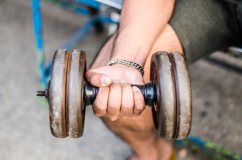 Pesi di sollevamento dell'uomo muscolare potente di forma fisica fotografia stock