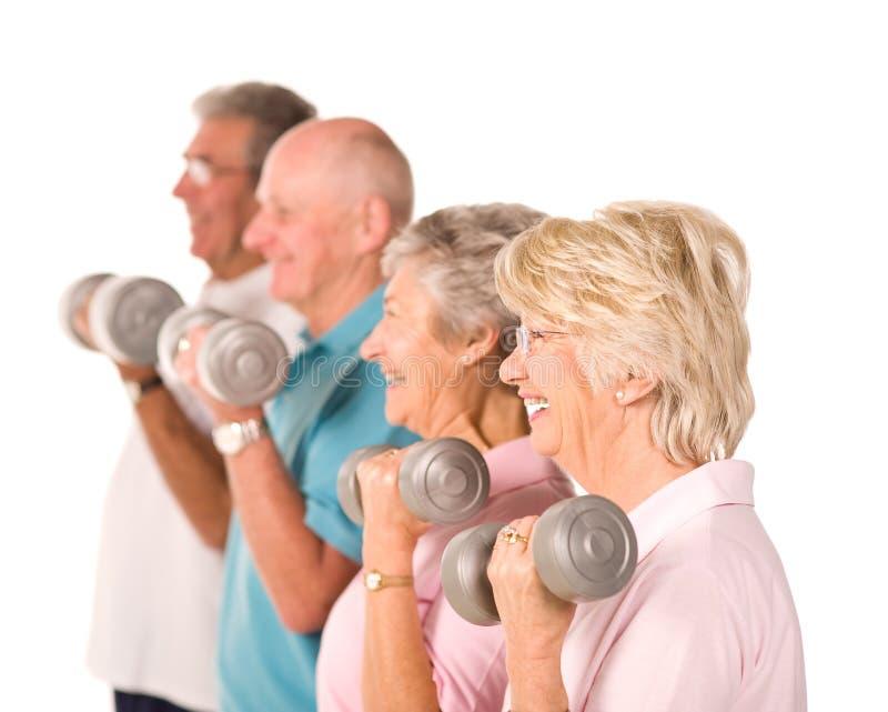 Pesi di sollevamento maggiori della gente più anziana immagine stock