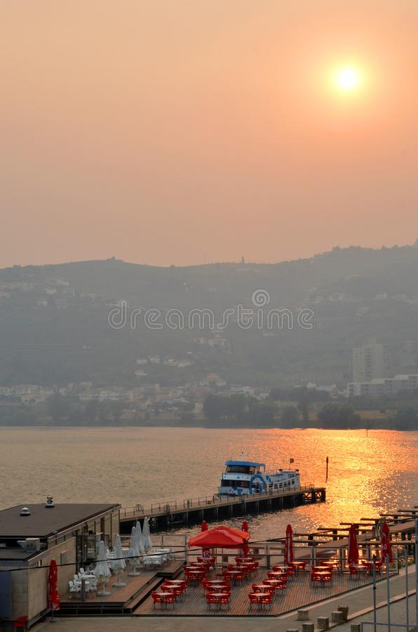 Peso DA Regua, Portugal - Ansicht des Duero-Flusses bei Sonnenuntergang lizenzfreie stockfotos