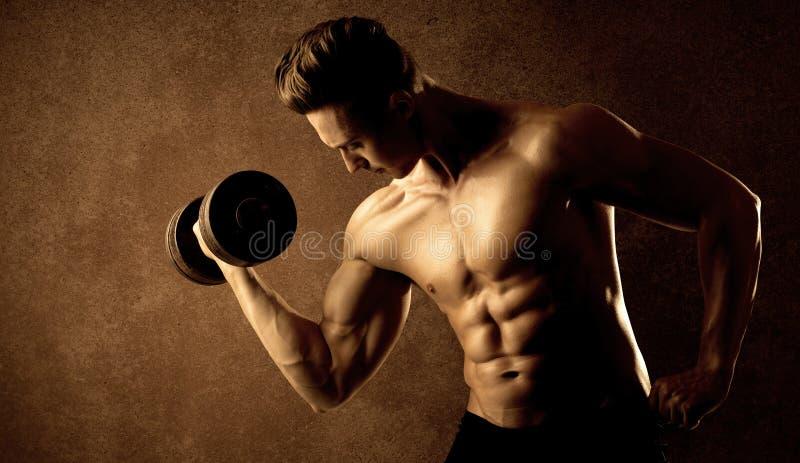 Peso de elevación del ajuste del atleta muscular del culturista imágenes de archivo libres de regalías