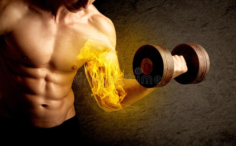 Peso de levantamento do halterofilista muscular com conceito flamejante do bíceps imagens de stock