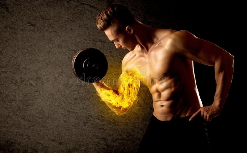 Peso de levantamento do halterofilista muscular com conceito flamejante do bíceps foto de stock