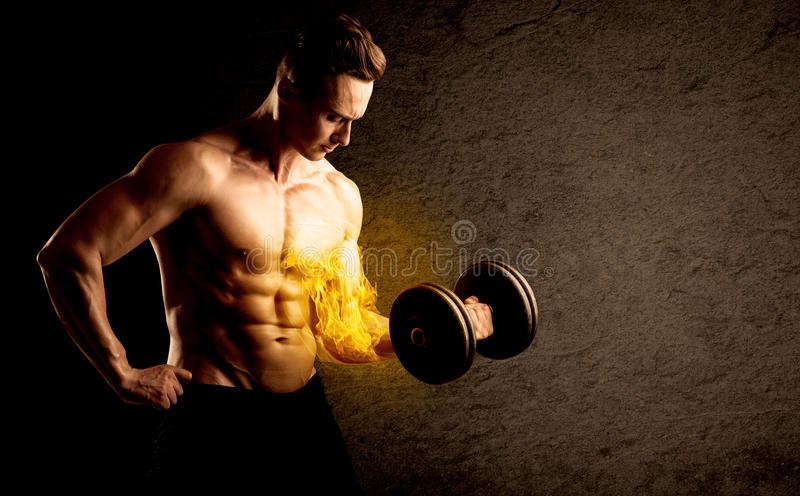 Peso de levantamento do halterofilista muscular com conceito flamejante do bíceps fotos de stock royalty free