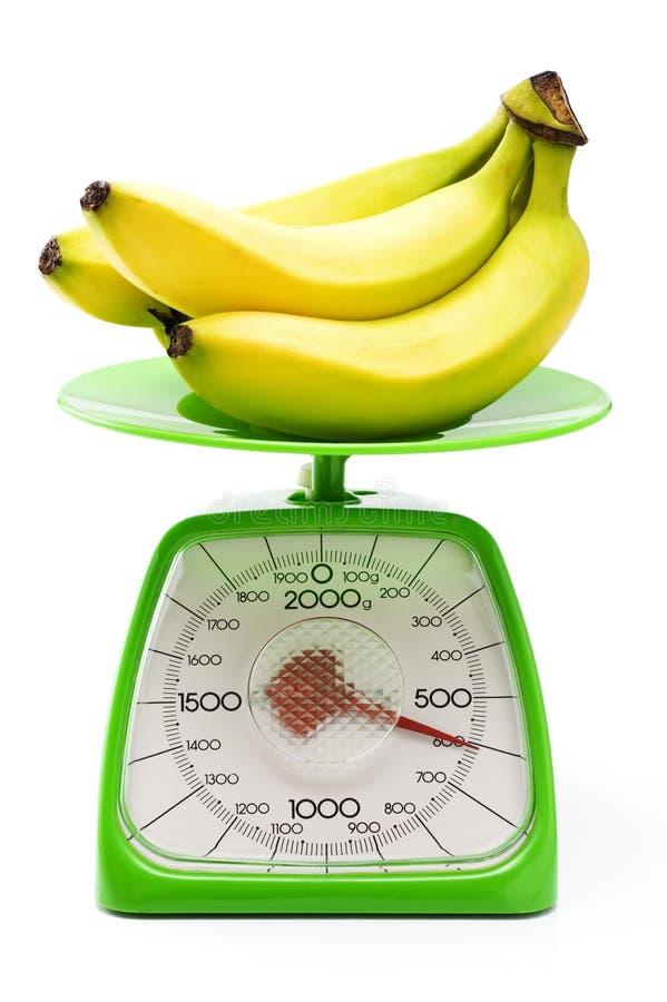 Peso di misurazione della banana immagine stock libera da diritti