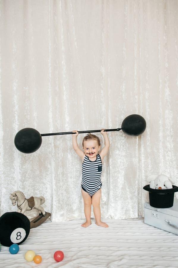 Peso di sollevamento del giocattolo del ragazzino fotografie stock libere da diritti