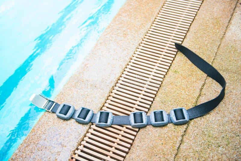 Peso e cinghie del cavo di immersione con bombole fotografie stock