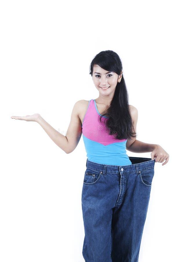 Peso lossing della donna asiatica felice immagine stock