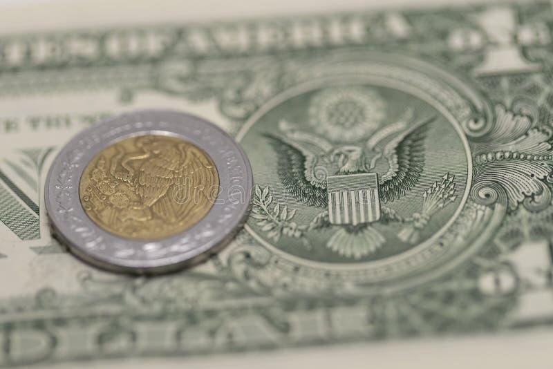 Peso mexicain et dollars US photographie stock libre de droits