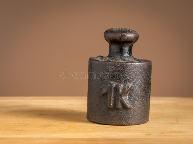 Peso velho do ferro 1kg para uma escala da cozinha fotografia de stock
