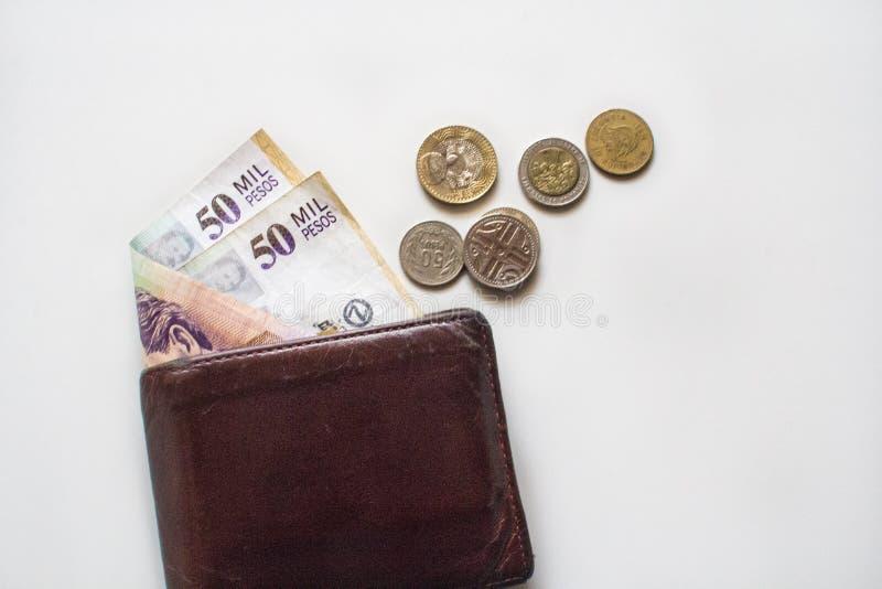 50000 Pesos colombianos del POLI en una cartera y un cambio/monedas colombianos en lado fotografía de archivo libre de regalías