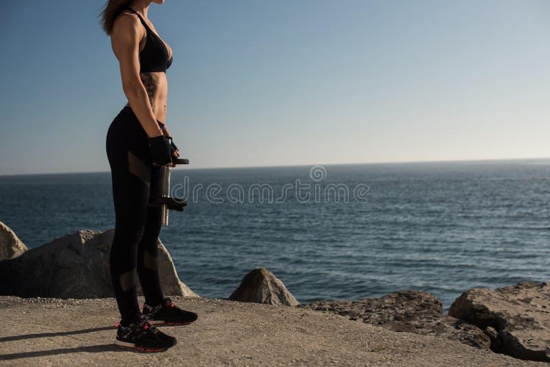 Pesos de elevación de la mujer apta - al aire libre fotografía de archivo