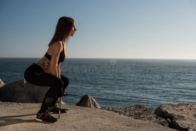 Pesos de elevación de la mujer apta - al aire libre fotografía de archivo libre de regalías