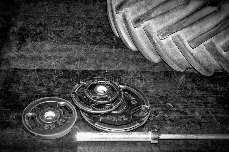 pesos Gym do halterofilismo e equipamento apto da cruz fotos de stock royalty free