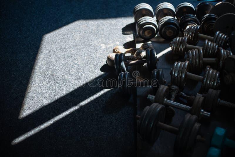 Pesos no assoalho na classe do gym fotografia de stock royalty free