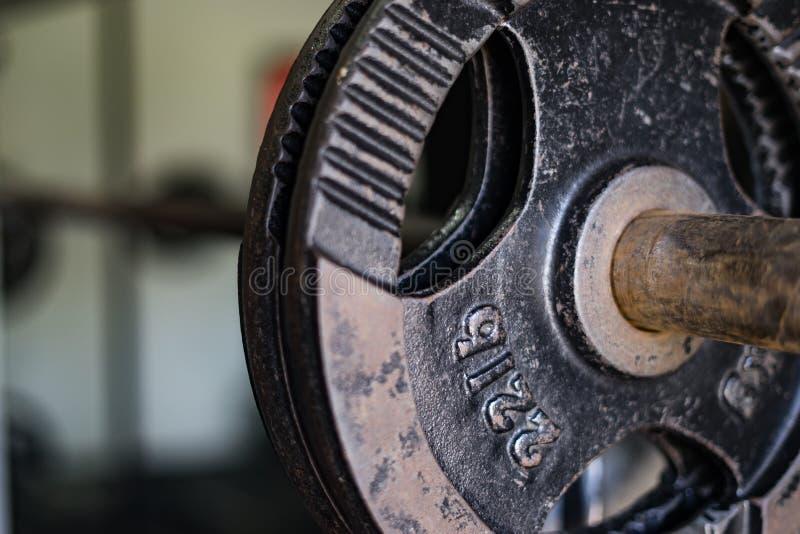 Pesos pretos no gym fotos de stock royalty free