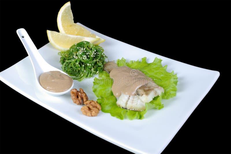 Pesque (clip del rey) en lechuga con la ensalada de la alga marina, salsa del cacahuete fotografía de archivo